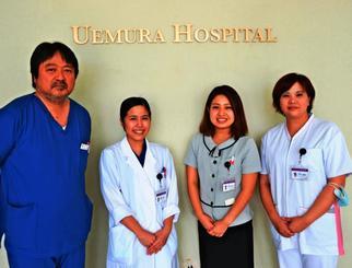 うえむら病院が奨学金返済の支援をした(右から)又吉晴香さん、米須千紗さん、亀浜志帆さん。左端は上村哲院長=27日、中城村・同病院