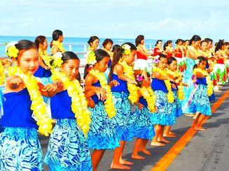 伊良部大橋で1509人が一斉に踊った昨年の様子