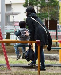 公園で遊ぶ親子=12日午後、那覇市