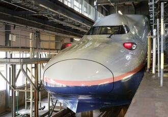 報道陣に公開された新幹線車両「E4系」=24日午後、新潟市の新潟新幹線車両センター