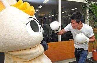 ワラビーとボクシング対決をする江藤光喜=沖縄タイムス社
