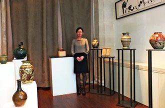 「沖縄独特の文化に触れてほしい」と呼び掛けた小畑代表取締役=パリ・ミゼンアートギャラリー