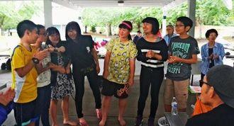 歌を披露する沖縄から訪れた夏季ホームステイの中学生ら=ワシントン州