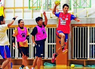 8日のホーム開幕戦に向けてシュート練習をする棚原良(右)=4日、興南高校体育館