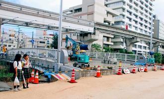9月末の供用開始に向けて、橋や道路の工事が進む久美橋=20日、那覇市久茂地
