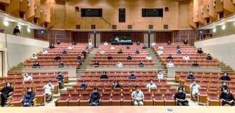 398席のホールは社会的距離を保つと15%の60席で「満席」になった(宜野座村文化センターがらまんホールフェイスブックページから、写真20枚を合成)