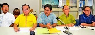 9月5日の新基地建設に反対する県民集会に向け会見する照屋寛徳共同代表(左から4人目)ら実行委員会メンバー=26日、県議会