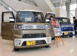 タイムスビルのエントランスに展示されたダイハツの新型車「ウェイク」=4日、那覇市久茂地