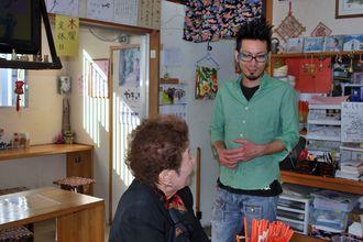 常連客と気さくに話す永山さん。ちなみに、課金アイテムのめがねをかけて、この日はインタビューに答えてくれた