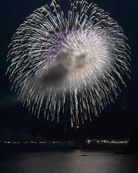 世界遺産の浜で花火1万発、三重 熊野灘、12万人が楽しむ