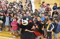 小学校で、繁華街で… 「くまモン」沖縄で感謝の交流