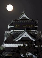「中秋の名月」に照らされる修復工事中の熊本城=1日午後6時50分、熊本市