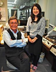 「民謡で今日拝なびら」のパーソナリティーを務める島袋千恵美さん(右)と上原直彦さん=4日、琉球放送
