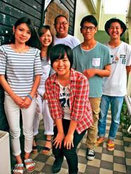 銘苅秀甫さん(後列中央)らチャリティーライブに出演するバンドのメンバー=宜野湾市のヒューマンステージ