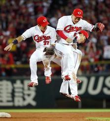 巨人に快勝し、ジャンプして喜ぶ(左から)野間、鈴木、丸=マツダ