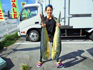残波海岸で108センチ、6・32キロと106・5センチ、6・46キロのマンビカーを釣った籾山諒子さん=1日