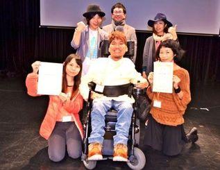 ゴールドコンサートの沖縄予選で優勝した謝花勇武さん(前列中央)率いるバンド「コンスタントグロウ」=27日、沖縄市のミュージックタウン音市場