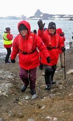 アイチョー島に上陸し、南極での第一歩を踏みしめる沖縄からのツアー参加者=23日