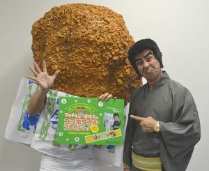 LINEスタンプをPRするフラチキ先輩(左)と護得久栄昇さん=沖縄タイムス社