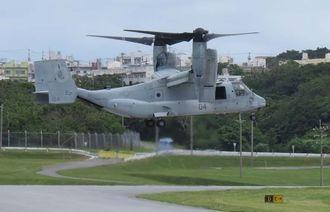 ハワイでの事故の翌日、沖縄上空で訓練し、普天間飛行場に着陸するオスプレイ=19日午後2時半(安里真己撮影)