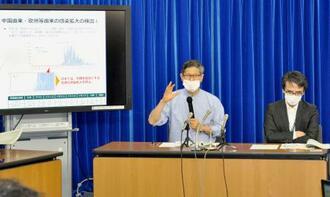記者会見する新型コロナウイルス対策専門家会議の尾身茂副座長。右は脇田隆字座長=29日夜、厚労省