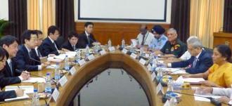 会談する小野寺防衛相(左から2人目)とインドのシタラマン国防相(右端)=20日、ニューデリー(共同)