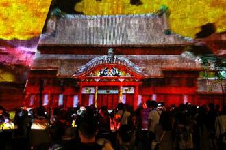 首里城の火災から1年となるのを前に、首里城公園の城壁に投影されたプロジェクションマッピング=30日午後、那覇市