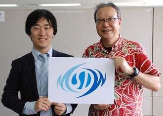 合同会社シーコミュのロゴをPRする一瀬社長(右)と大木代表=24日、県庁
