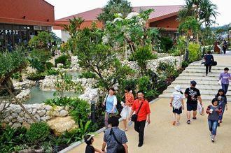 【イオンモール沖縄ライカム写真特集】やんばるの風景をイメージした中庭