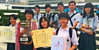 NHK杯全国高校放送コンテストでの優勝を喜ぶ那覇国際高校映画研究部のメンバー=東京・NHKホール