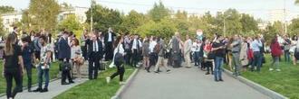 爆発物を仕掛けたとの脅迫電話で校舎から避難したモスクワ国際関係大学の学生ら=13日、モスクワ(共同)