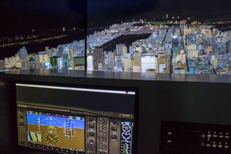 空港が近い瀬長島ならではの体験型ショップ『フライトシミュレーターの飛行体験』