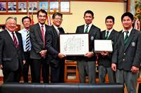 ファインプレーだ!沖縄工業野球部 チームワークで延焼防ぐ 高野連が表彰