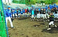 「プロ野球選手になるには試験あるの?」 横浜DeNAが沖縄・嘉手納町で野球教室