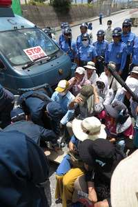 辺野古新基地:機動隊が市民50人を強制移動 砕石投入続く