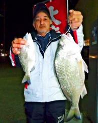 今帰仁海岸で53.1センチ、2.51キロのチンシラーを釣った宮里勇人さん=17日