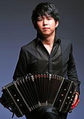 バンドネオン奏者の三浦一馬さん(©井村重人)