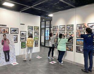18日から始まる「闘牛女子。久高幸枝 追悼写真展」の準備風景=17日、那覇市久茂地・タイムスギャラリー