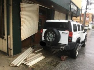 暴風のせいか、シャッターが壊れていた店舗=29日9時半ごろ、那覇市久茂地