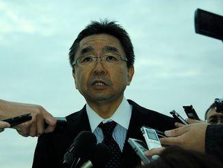 記者からの質問に答える中嶋浩一郎沖縄防衛局長=21日午前8時12分ごろ、うるま市与那城伊計