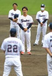 開幕投手に決まったヤクルト・小川(中央)=浦添