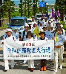 恒久平和を願い、南部路を歩く平和行進団=23日午前9時30分、糸満市伊敷