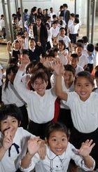 終業式を終え、笑顔で教室に戻る児童たち=25日午前9時20分ごろ、宜野湾小学校