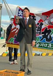 入団が決まり、北海道・苫小牧漁港でポーズをとる日本ハムドラフト1位の伊藤大海投手=1日
