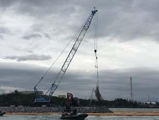 被覆ブロックの設置作業が進む「K2」護岸建設現場=24日午前8時50分、名護市辺野古