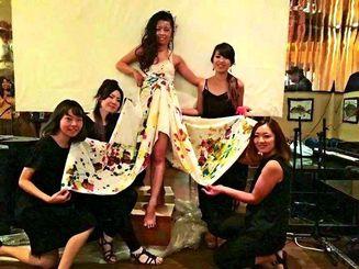 沖縄ナイトでアートショーを披露した仲良し5人組=カナダ・トロント