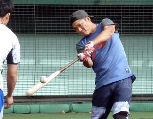 自主トレで打撃練習する巨人の坂本勇=沖縄県内