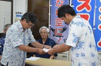 岸本洋平団長(右)から出馬要請を受ける稲嶺進市長=31日、正午すぎ