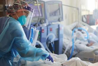 仮設の集中治療室(ICU)で患者を診る看護師=21日、米カリフォルニア州(ゲッティ=共同)