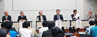 うるま市でのEVの活用方法などについて意見を交わしたパネリストら=2月28日、うるま市